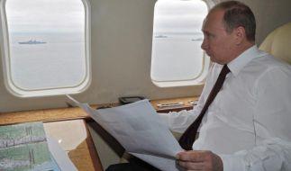 Wladimir Putin beobachtet vom Helikopter aus ein Marinemanöver. (Foto)