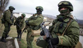 Uniformierte bewachen eine ukrainische Kaserne in der Nähe von Simferopol. (Foto)