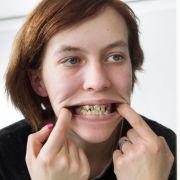 Seit zehn Jahren war Julia nicht beim Zahnarzt.