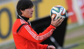 Wohin geht die Reise für Jogi Löw 2014? Der WM-Ball kann es dem Bundestrainer sicher nicht sagen. (Foto)