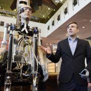 Rex steckt voller bionischer Technologie. Sein Mitentwickler Bertolt Meyer hat selbst eine bionische Hand.