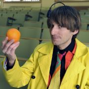 Neil Harbisson hört: Die Apfelsine ist orange.