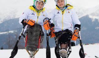 Die Sportlerinnen Anna Schaffelhuber (l) und Anna-Lena Forster freuen sich auf die Wettkämpfe in Sotschi. (Foto)