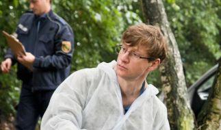 Wolfgang Menzel (Maxim Mehmet) sichert Spuren am Tatort. (Foto)