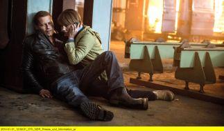 Kallwey (Britta Hammelstein) holt Hilfe für den verletzten Tschiller (Til Schweiger). (Foto)