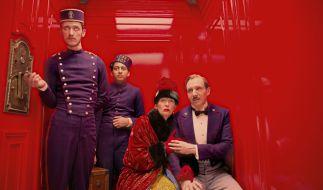 Die Fahrgäste (Tilda Swinton und Ralph Fiennes) scheinen dem Fahrstuhl des Grand Budapest Hotels nicht zu trauen. (Foto)