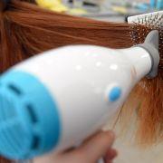 Föhn mit Hochvolt-Generator pflegt das Haar (Foto)