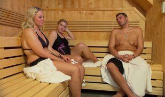 Nicole, Sabrina und André schwitzen noch ein paar Gramm in der Sauna aus. (Foto)
