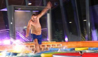 Ralf versucht, auf dem Wasser möglichst schnell zu laufen ... (Foto)