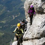 Die Bergsteiger müssen einen mühevollen Weg nehmen, um ihre defekte Funkstation reparieren zu können.