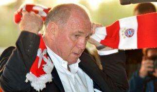 Er muss den Bayern-Schal ablegen: Uli Hoeneß tritt von allen Ämtern beim FCB zurück. (Foto)