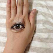 Die Hand immer im Blick - das schafft Hikaru Cho mit Pinsel und Acrylfarbe spielend.