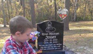Mit dem Sandkasten am Grab seines Bruders Ryan hat der junge Tucker eine kindliche, tiefere Verbindung zu dem verstorbenen Kind. (Foto)