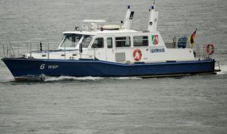 Die Wasserschutzpolizei sucht auf dem Rhein nach dem Lebensretter, der selbst von der starken Strömung mitgerissen wurde. (Foto)