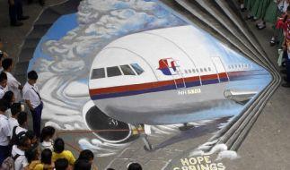 In Manila gedenkt ein philippinischer Straßenkünstler den Vermissten von Flug MH370. (Foto)