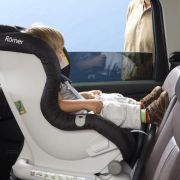 Rückwärts gerichtete Kindersitze schützen bei Frontalunfall besser (Foto)