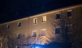 Aus diesem Fenster im zweiten Stock warf der Vater seine drei Kinder. (Foto)