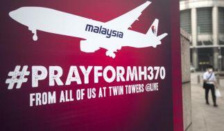 Ein Schild mit der Aufschrift «Betet für MH370», das verschwundene Flugzeug von Malaysia Airlines, hängt im Zentrum von Kuala Lumpur. (Foto)