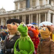 Kermit, Miss Piggy und ihre Freunde sind auf großer Welttour, um ihre Show zu zeigen. Ob dies aber der einzige Grund für die Reise ist?