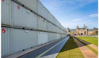 Container-Mauer in Amsterdam vor den Museen. (Foto)