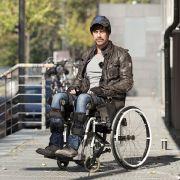 Jenke von Wilmsdorff lässt sich an Rollstuhl fesseln (Foto)