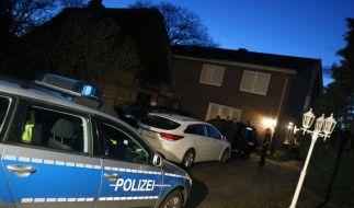 Hinter diesem Haus in Tornesch wurde die weibliche Leiche gefunden. (Foto)