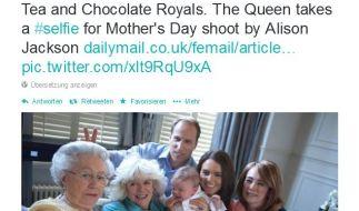 Die Queen macht spontan ein Selfie von den Royals auf dem Sofa. (Foto)