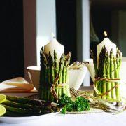 Dekoidee für den Esstisch: Spargel um Kerze wickeln (Foto)
