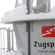 Tiefschnee auf der Zugspitze - grüne Wiesen im Mittelgebirge (Foto)