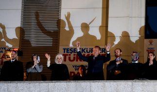 Recep Tayyip Erdogan feiert mit seiner Frau Emine den Wahlsieg. (Foto)
