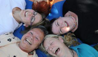 «Lachen ist gesund.» Unter diesem Motto lassen sich viele Menschen beim Lachyoga zum intensiven gelächter animieren. (Foto)