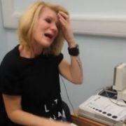 Joanne Milne, als sie zum ersten Mal hört.