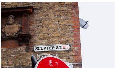 Street Eraser in der Brick Lane in London an einem Einfahrtsverbotsschild.