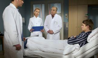 Patient Felix (Tobias Schenke, re.) leidet an schweren Leberproblemen und benötigt dringend ein Spenderorgan. (Foto)