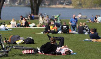 Das schöne Frühlingswetter lädt zum Entspannen im Park ein. (Foto)