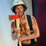 Doch auch seinen Gästen verlangt Lanz immer wieder Skurriles bis Peinliches ab. Hier leckt Klaas Heufer-Umlauf als halbnackter Feuerwehrmann gekonnt an einem Beil.