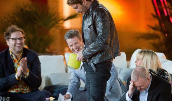 Und noch eine sinnlose Aktion: US-Schauspieler Gerard Butler muss sich auf Mallorca Eiswürfel in die Hose kippen.