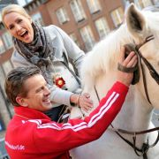 Milde Strafe: Markus striegelt die Pferde der Düsseldorfer Prinzengarde. Hier mit Moderatorin Judith Rakers im Sattel.