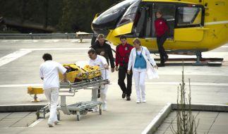 Der schwerverletzte Flugzeugpassagier wird von den Bergrettern zur Behandlung ins Krankenhaus gebracht. (Foto)