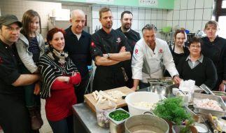 Die Kochprofis Ole Plogstedt (li.), Andi Schweiger (Mitte) und Frank Oehler (4.v.re.) mit dem Team des Reimsbacher Hof. (Foto)