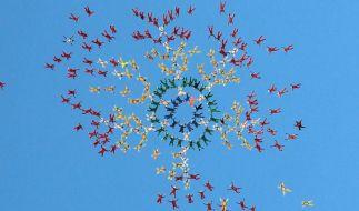 Teamflieger: 222 Fallschirmspringer wollen den Weltrekord für die größte Freifallformation brechen. (Foto)