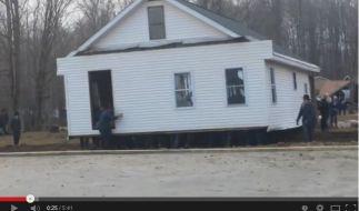 Amish People ziehen ein Haus um. (Foto)