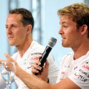 Am 16. März siegt Nico Rosberg im Mercedes Silberpfeil beim ersten Formel1-Rennen der Saison in Melbourne. Mercedes widmet den Sieg seinem Piloten Michael Schumacher.