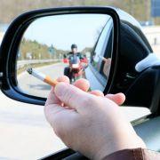 Kippe im Visier: Weggeschnipste Zigaretten gefährden Biker (Foto)