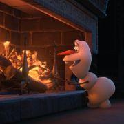 Olaf (gesprochen von Hape Kerkeling) scheint sich der schmelzenden Wirkung von Wärme und Feuer nicht bewusst zu sein.