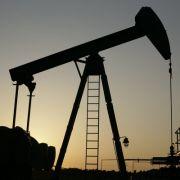 Erdöl taucht als Mineral- oder Paraffinöl in unzähligen Schönheitsprodukten auf.