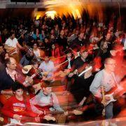 242 Gitarristen spielen gemeinsam in Halle (Foto)