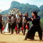 Bei der Verfilmung des Klassikers «In 80 Tagen um die Welt» (2004) hat Jackie Chan immer wieder Gelegenheit seine Kung-Fu-Künste zu zeigen. Interessant: Ein großer Teil der Filmproduktion fand in den Filmstudios Babelsberg statt.