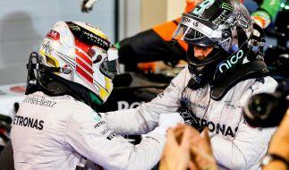 Lewis Hamilton und Nico Rosberg geben sich nach dem Rennen die Hand. (Foto)
