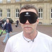 Blind! Jenke von Wilmsdorff (r.) mit dem blinden Fußballer Mulgheta Russom.